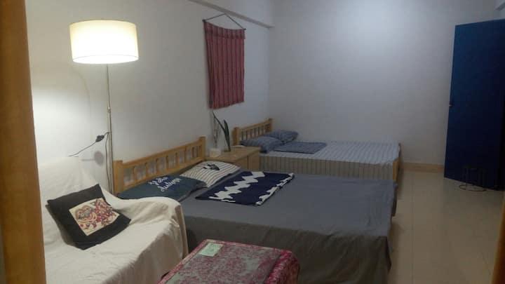 限时特惠,七海榄人家-一起懒的自家闲窝,独立花园阳台的(2号房)朝南超大卧室。可以预定早餐哦。