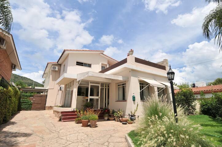 Pequeño hotel en pleno centro de Carlos Paz - Villa Carlos Paz - Bed & Breakfast