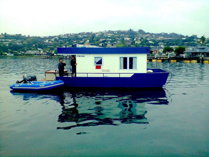 "Knysna Lodge Houseboat - ""TUG"""