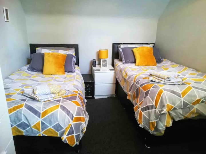 Economy -Size Twin Bedroom Dumbarton -Loch Lomand