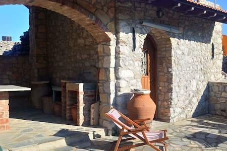 Παραδοσιακό πέτρινο σπίτι στα Αρμόλια, Χίος.