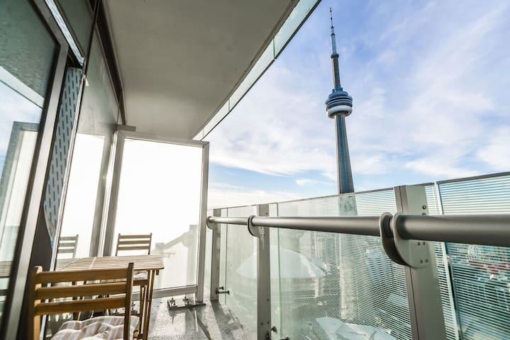 48th Fr DT Toronto CN Tower view Scotiabank Arena