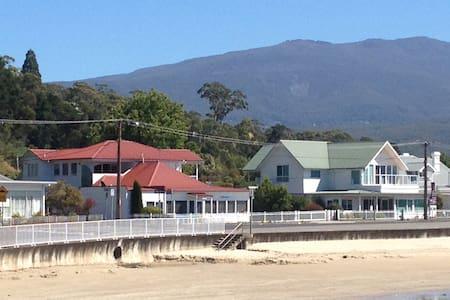 On the Beach with Mountain Views - Kingston Beach - Rekkehus
