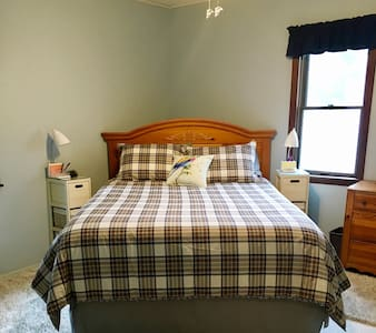Pasadena House - Queen bedroom Veteran Month Sale