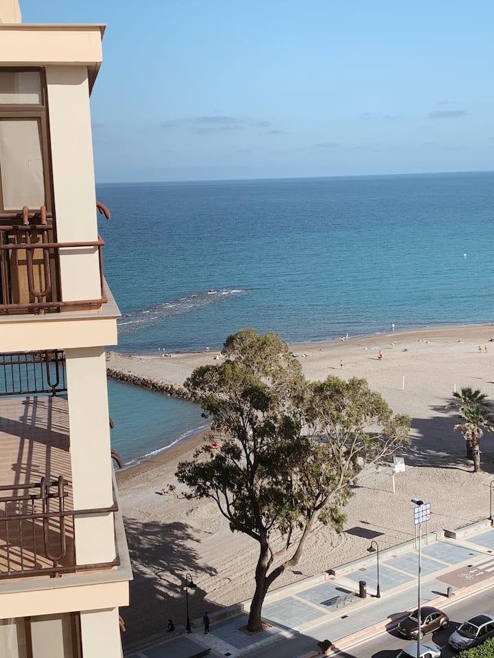 Apartamento en 1ª línea con vistas al mar.