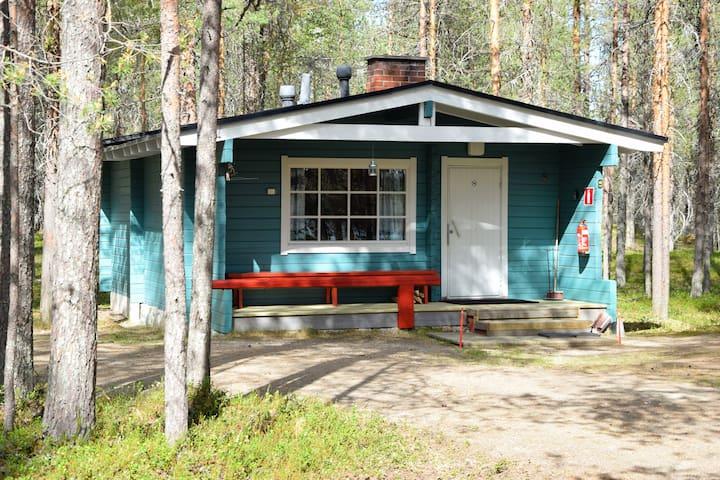Log cabin (40m2) by the lake (Free Wi-Fi)