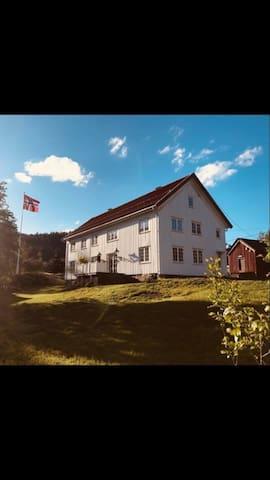 Bonderomantisk og sjønær ferie i ærverdig villa