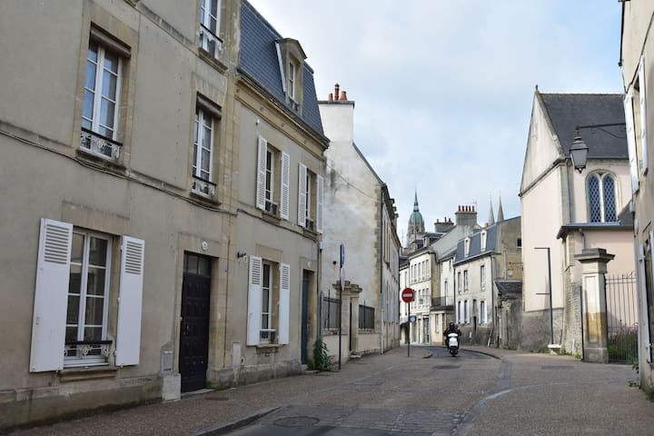 Apartment on the first floor in the heart of Bayeux, free parking 150 meters