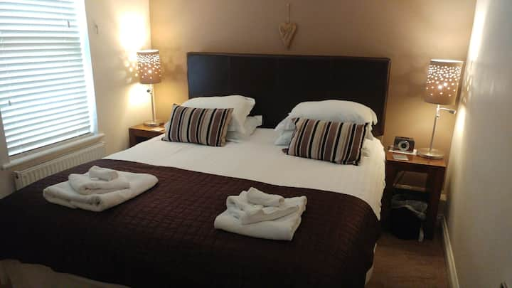 Central - sleeps 2 (+up to 2 more). FREE parking.