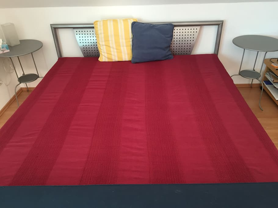 Das Bett 1,80 breit mit zwei Einzel-Matratzen/The bed 1,80 wide, two matraces.
