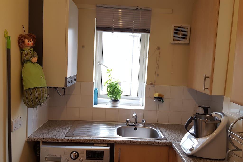 Kitchen and wash machine available.