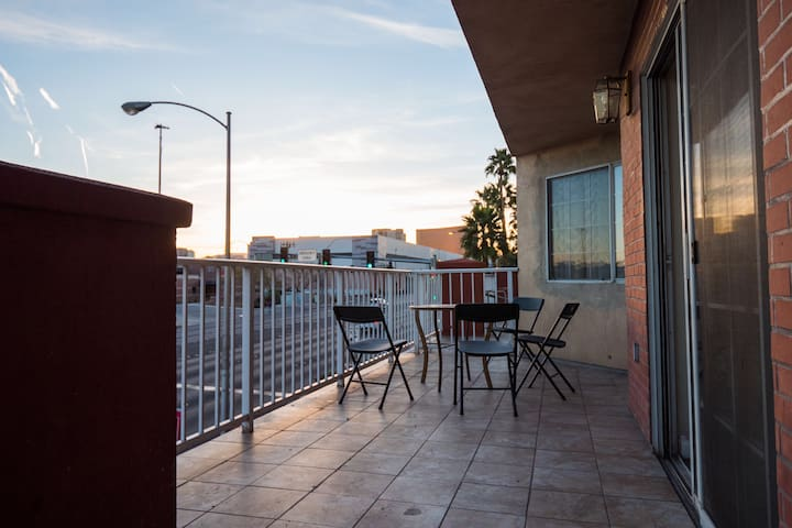 (C412) Walk to LVCC! Huge Balcony w/Strip Views!!