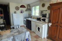 Cuisine avec machine à laver le linge et la vaisselle, plaques, four et micro-onde