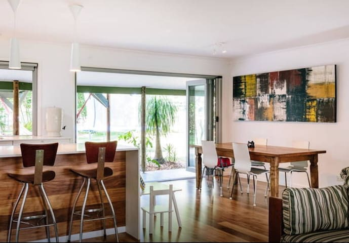 Open Plan home close to Coolangatta - Tweed Heads West