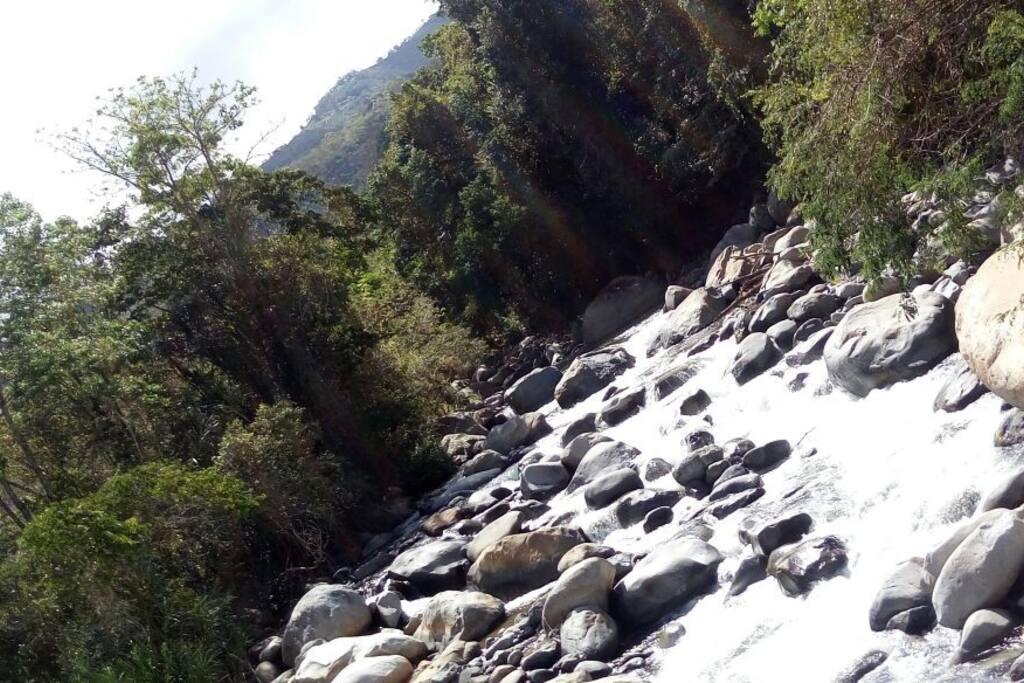 Vista del río que invita a caminar sobre las rocas.
