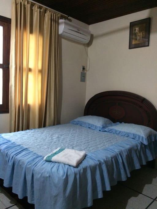 Habitación cómoda, cama doble, aire acondicionado y abanico de techo, closet, tocador, tv con cable, baño privado, internet
