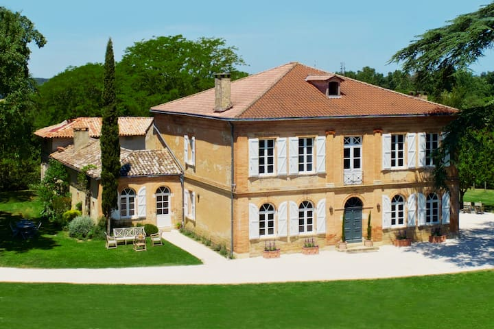 Gascon Chateau: 7 ensuite beds + heated pool +AC