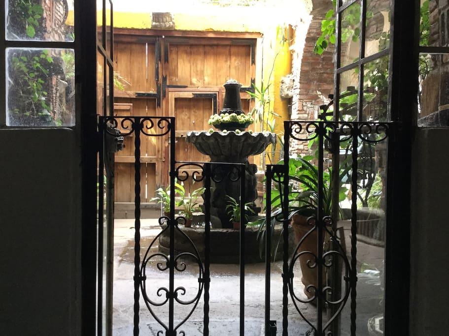 Vegetación, herrería, madera y piedra conforman el ambiente de la casa. Vegetation, ironwork, wood hand stone, make up the environment of the house.