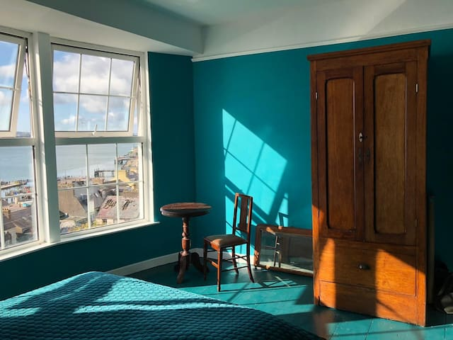 The strong colours set off the carefully integrated original pieces of furniture giving them a new lease on life. The second floor bedroom has the south facing panoramic harbour view and an ensuite bathroom.