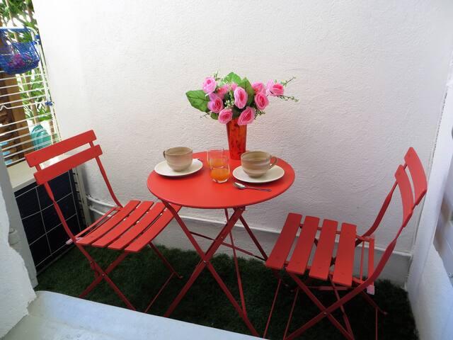 Breakfast on balcony/loggia - petit déjeuner sur le petit balcon/loggia