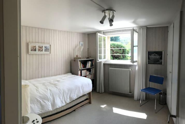 Privates Zimmer und Badezimmer direkt am See