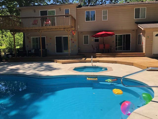 backyard pool paradise...5 mins to metro airport