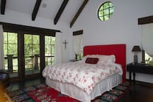 Mst bdr. King bed. vaulted ceilings.private deck. TV