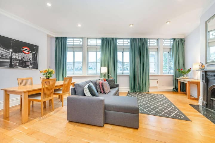 Inviting top floor one bedroom apartment with terrace by Trafalgar Square (CP)