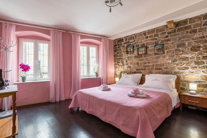 Top location in heart of Diocletian's palace
