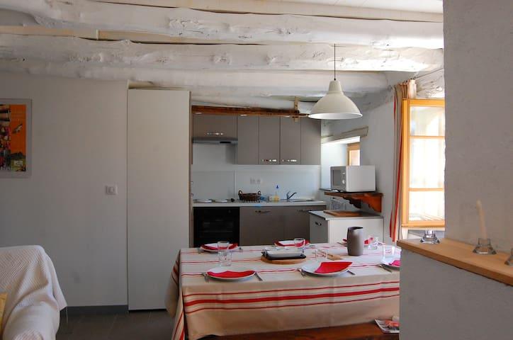 Cuisine équipée et salle à manger