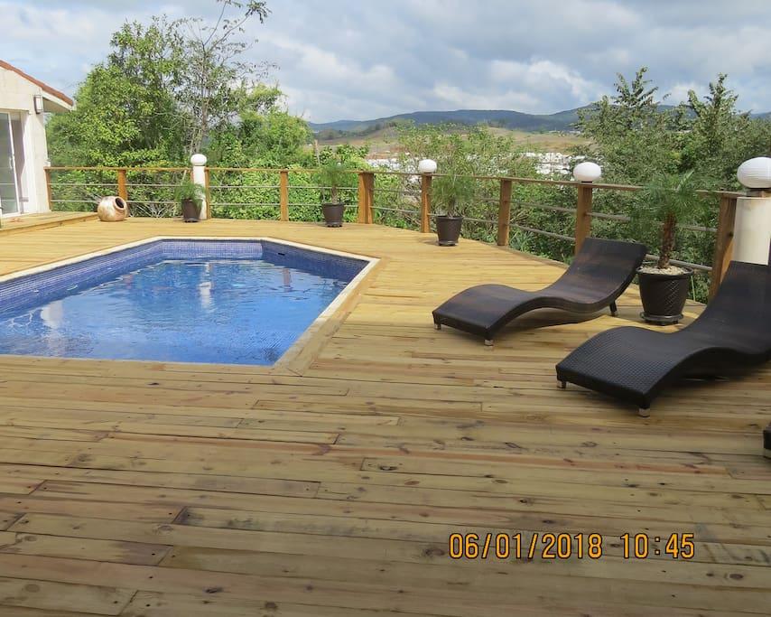 Deck con piscina