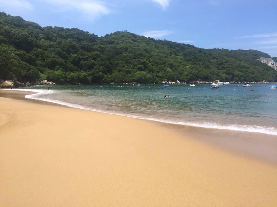 Playa cercana bajando directo del fracc. a 5 mins. puedes estacionar tu carro ahi mismo. Cuenta con baños cercanos a la playa.