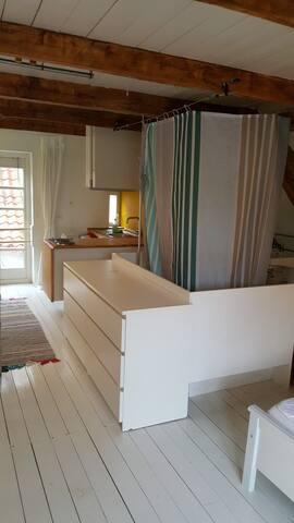 Blick über die Badewanne in die offene Küche