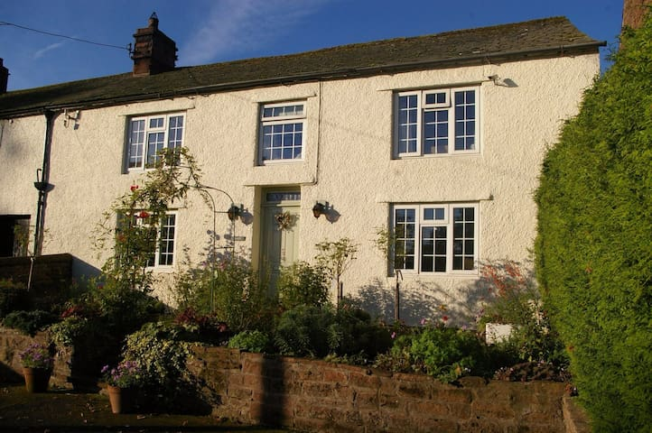 Pretty cottage on village green with lovely views - Temple Sowerby