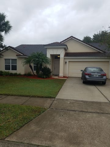 Spacious & Quiet Home very close to MCO airport