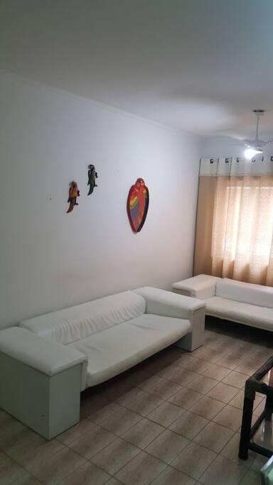 Sala com sofás de couro.