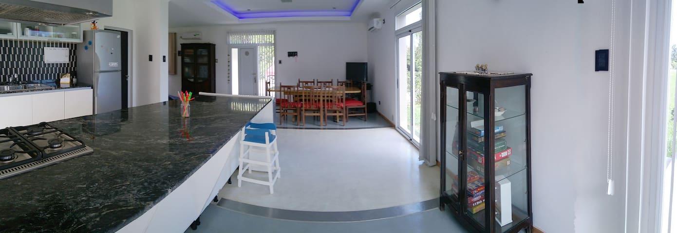 Casa - Quinta en Parana, amplia y moderna.