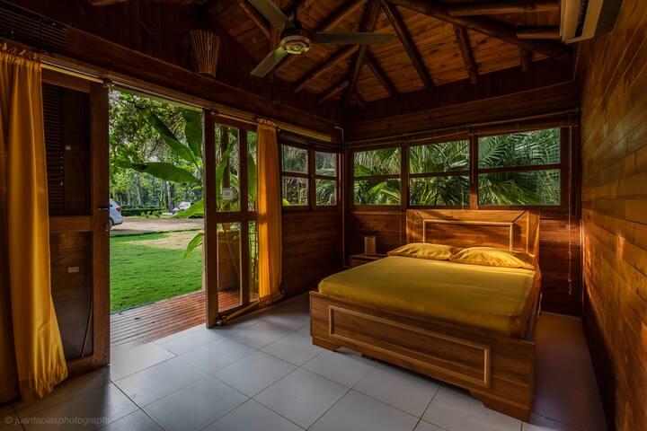 Cabaña Naranja para parejas, cuenta con baño interno, aire acondicionado, minibar, y tv satelital.