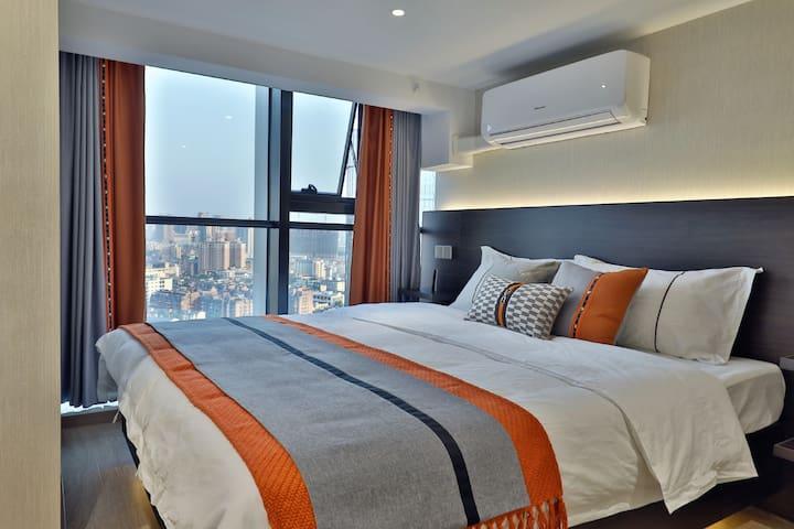 一楼卧室1.8m大床,视野无遮挡,躺在床上都能俯瞰整条坡子街