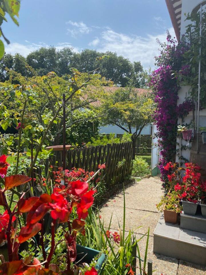 Appartement fleuri en rez de jardin