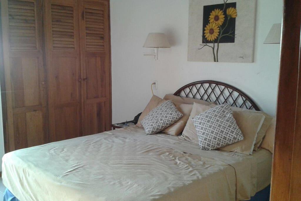 Dormitorio master con cama queen