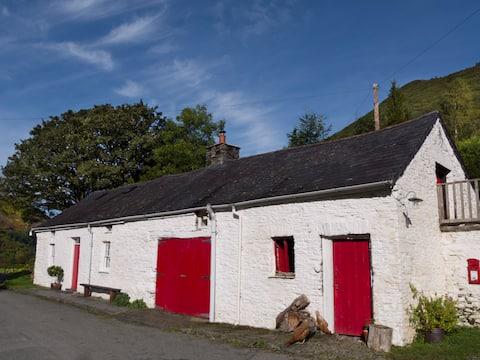 Authentic traditional Welsh farm cottage c. 1700
