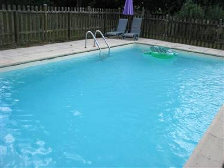 Casa con 2 stanze a issac, con accesso alla piscina e giardino attrezzato