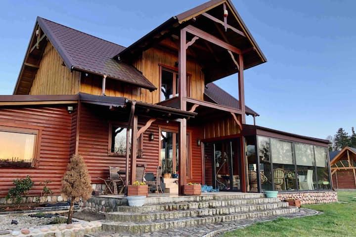 Dom nad jeziorem z prywatnym kortem i sauną