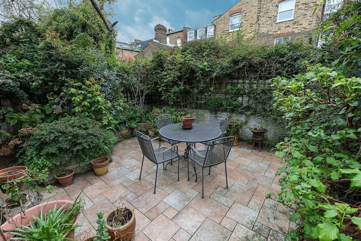 2 Bed Flat with Garden next to Battersea Park!