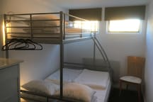 Dubbelsäng nere och enkelsäng uppe, i våningssängen i sovrummet. Sänglampor och dimbar taklampa finns.