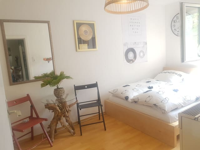 Feel-Good-Retro-Room (5min Bus from Main Station)