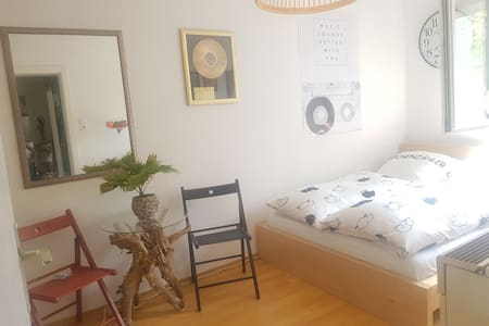 Feel-Good-Retro Room central & calm