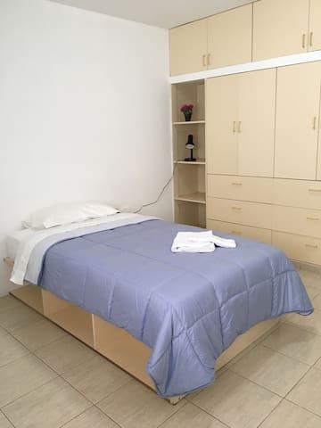Amplia moderna habitación individual Baño privado