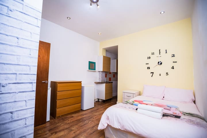 6  Ensuite Bedrooms  House Not Far Central London